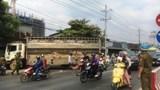 Xe tải chở 50 con lợn tông thẳng vào nhà dân ven đường