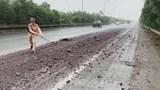 CSGT dọn đất thải trên Đại lộ Thăng Long