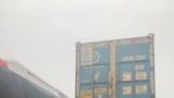 Tài xế container lanh lẹ, cứu sống hơn 10 người trên xe khách thoát chết