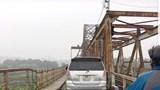"""Phớt lờ biển cấm, ô tô vẫn lao lên cây cầu """"trăm tuổi"""""""