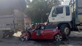 Đang dừng chờ đèn đỏ, xế hộp bị xe tải đâm bẹp dúm