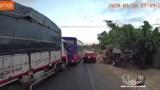 Ô tô đột ngột chuyển làn khiến xe tải tông đuôi xe khách
