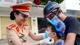 Cảnh sát giao thông các địa phương phát khẩu trang y tế miễn phí cho người dân
