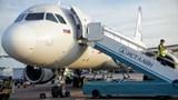 [Video] Vì sao hành khách luôn phải lên hoặc xuống máy bay bằng cửa bên trái?