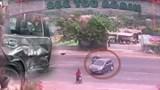 Clip: Xe máy phóng tốc độ cao tông thẳng vào ô tô đang quay đầu