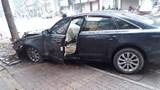 Hà Nội: Xế hộp Audi lao lên vỉa hè, đâm đổ trụ cứu hoả