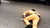 Vượt đèn đỏ với tốc độ cao, đôi nam nữ đâm gục cảnh sát giao thông trên Quốc lộ 32