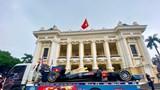 Cận cảnh mô hình xe đua F1 xuất hiện trên phố Hà Nội
