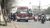 """Hàng loạt xe khách """"ăn khách"""" trên đường Giải Phóng"""