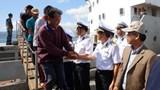 Tàu Hải quân đưa 33 ngư dân Quảng Nam bị nạn vào bờ an toàn