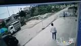 Nữ tài xế tập lái lao thẳng xe vào cậu bé đang chơi bên đường