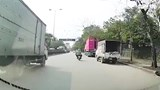 Cây khô bật gốc, đổ trúng 2 người đi xe máy ở Hà Nội
