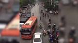 Hà Nội: Xe khách vượt ẩu suýt gây tai nạn tại ngã tư