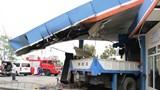 Xe tải đâm đổ cây xăng khiến 5 người thương vong