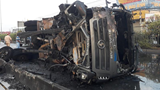 Xe ben bốc cháy dữ dội sau khi đâm vào dải phân cách