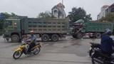 Tài xế mắc kẹt trong cabin sau tai nạn giữa 2 xe tải