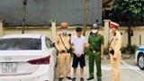 Nhìn thấy cảnh sát giao thông, nam thanh niên ném gói ma túy ra khỏi ô tô hòng tẩu tán