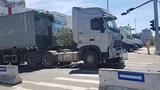 Xe container cuốn xe máy vào gầm, bé trai 6 tuổi tử vong thương tâm