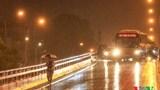 Hà Nội mưa 'giải nhiệt', nhiều người chủ quan dẫn tới va chạm giao thông