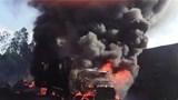 Xe tải bốc lửa, phát nổ gây cháy lan sang kho phế liệu