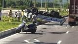 Ô tô tuần tra lật ngửa sau va chạm khiến 2 CSGT bị thương