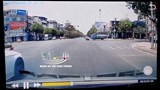 Vô tư vượt đèn đỏ, xe máy bị xe tải tông kéo lê trên đường