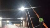 Xe Mercedes phát nổ rồi bất ngờ bốc cháy trên cầu Bạch Đằng