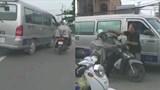 Sau va chạm, tài xế ô tô đấm liên tục vào mặt người đi xe máy