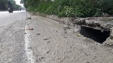 Xử lý nạn đổ trộm phân bùn bể phốt ở Đại lộ Thăng Long: Khó hay làm ngơ?
