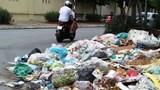 Người dân bức xúc vì bãi rác cản trở giao thông nút giao Phạm Hùng - Nguyễn Quốc Trị