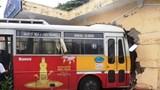 Hải Dương: Xe buýt đâm thủng tường nhà ga tàu hỏa sau va chạm với container