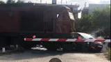 Ô tô cố băng qua đường sắt bị tàu hỏa tông