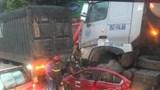 Hà Nội: Ô tô con bị xe container đè lên nóc, 3 người tử vong tại chỗ
