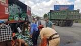 Hà Tĩnh: Công an và người dân giúp tài xế thu gom hàng trăm két bia rơi trên đường