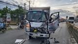 Tai nạn giao thông mới nhất hôm nay 7/8: Tông đuôi xe tải dừng chờ đèn đỏ, tài xế kẹt cứng trong cabin