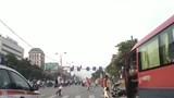 Hà Nội: Xe khách tông văng người phụ nữ dừng đèn đỏ trên đường Giải Phóng