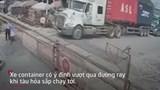 Video: Nữ nhân viên gác chắn tàu có hành động bất ngờ với tài xế container định vượt rào