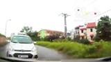 Video: Tài xế taxi đi ẩu đâm trực diện vào ô tô đi ngược chiều