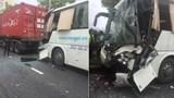 Tai nạn giao thông mới nhất hôm nay 15/8: Tông vào đuôi xe container, tài xế xe khách mắc kẹt trong cabin
