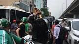 Ô tô Mercedes lật nghiêng trên đường, tài xế ra tín hiệu cấp cứu