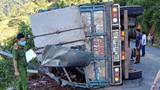 Xe tải lật trong đêm khiến 2 mẹ con tử vong