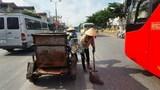 Kịp thời thu dọn lượng lớn vật liệu xây dựng rơi vãi trên đường Giải Phóng