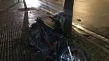 2 thanh niên lao xe máy lên vỉa hè tông vào gốc cây lúc rạng sáng