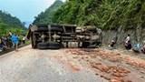 Xe tải chở gạch lật khi đổ đèo, tài xế tử vong tại chỗ