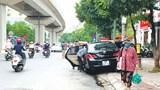 [Điểm nóng giao thông] Nhiều xe ô tô dừng đỗ sai quy định trên phố Hào Nam