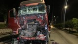 Cứu tài xế xe container trong cabin sau cú tông kinh hoàng