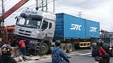 Xe container đâm gãy trụ biển báo