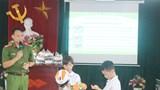 Trao tặng mũ bảo hiểm cho học sinh có hoàn cảnh khó khăn