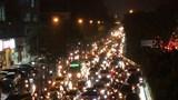 """Hà Nội: Mưa lớn khiến nhiều tuyến đường ùn tắc, người dân """"chật vật"""" về nhà"""