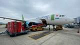 Chuyến bay đặc biệt chở hàng cứu trợ hạ cánh miền Trung
